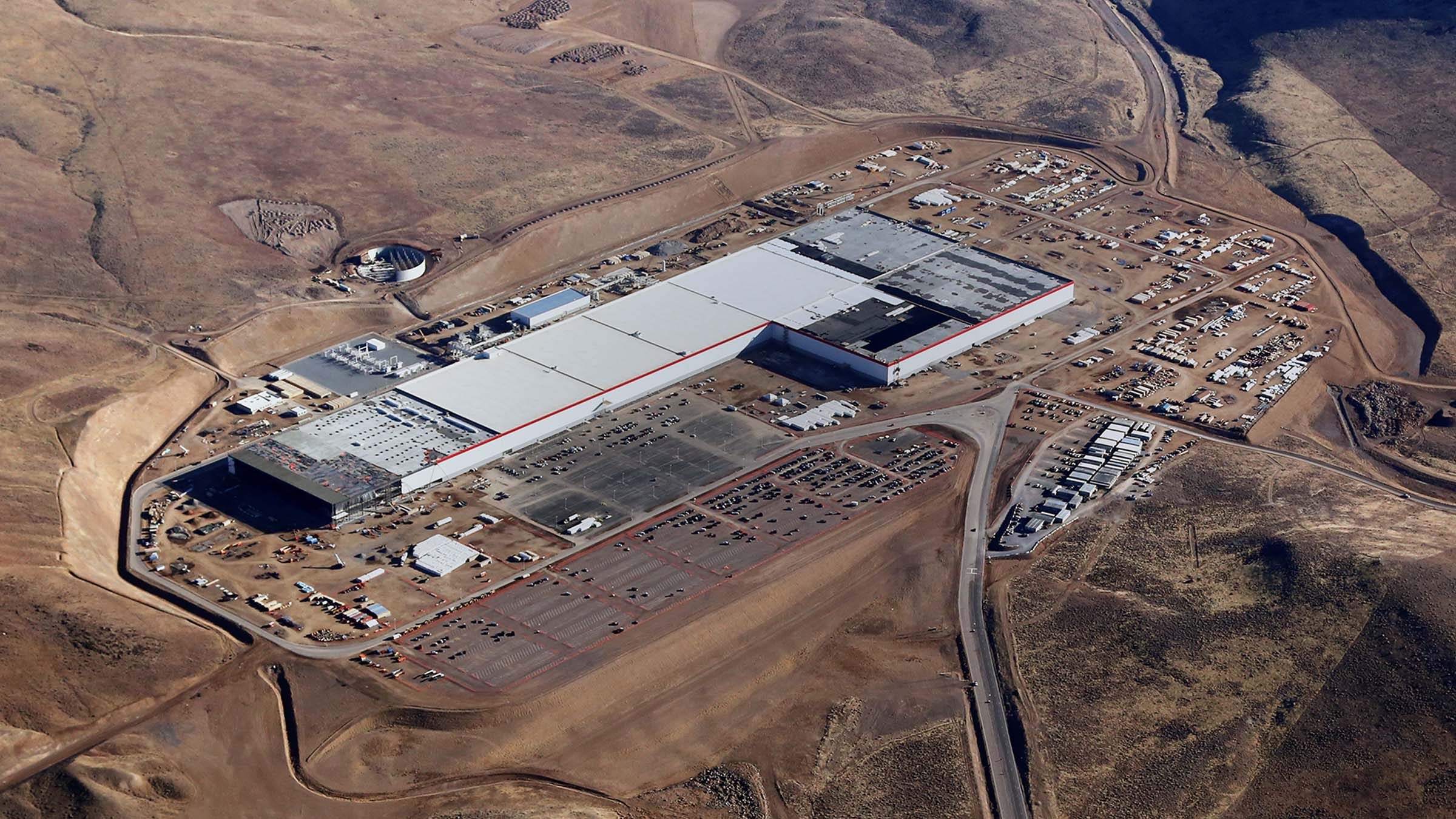 Gigafactory da Tesla no Arizona, onde as baterías de íon-lítio são submontadas