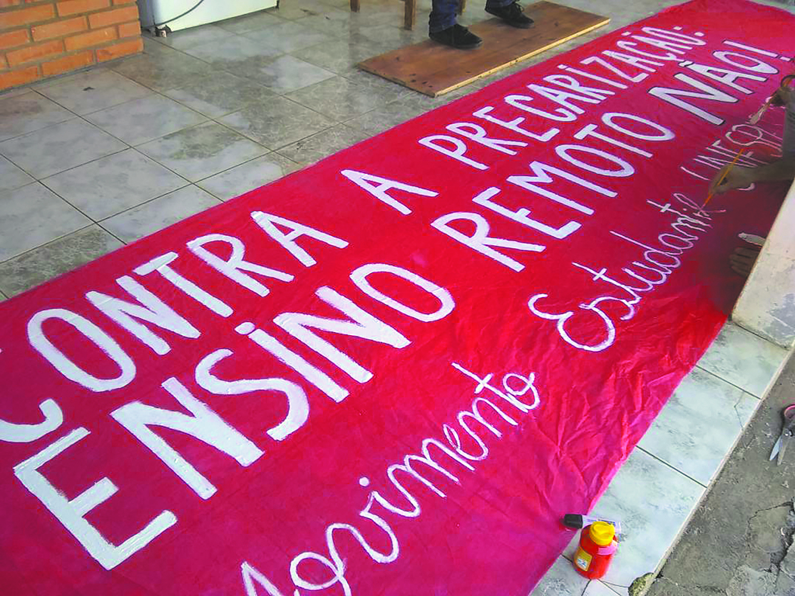 With banners against precarious teaching, Unesp students carry out mobilizations.